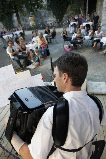 Christoph Hofer spielt bei der Vernissage von Steinbrener und Dempf im Lendhafen