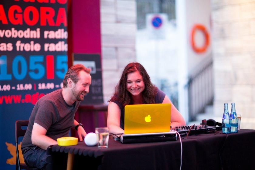 DJ Andyage und Frau Doktor Sarah von Radio AGORA 105,5 legen im Lendhafen auf